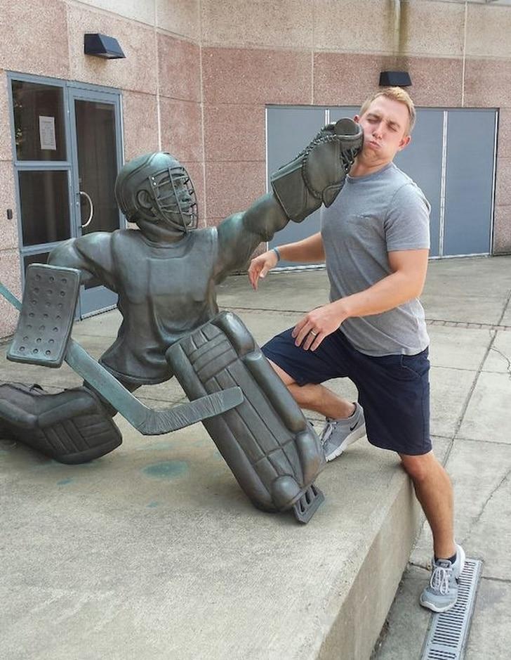 статуя хоккеиста