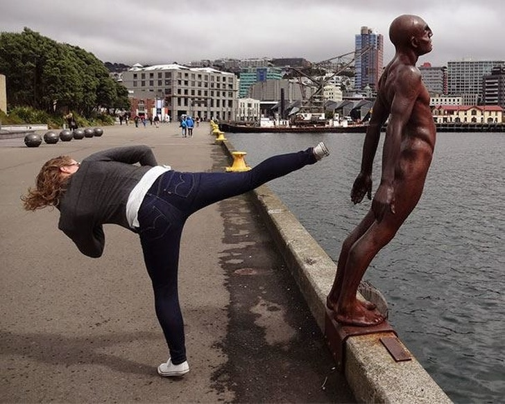 статуя у воды