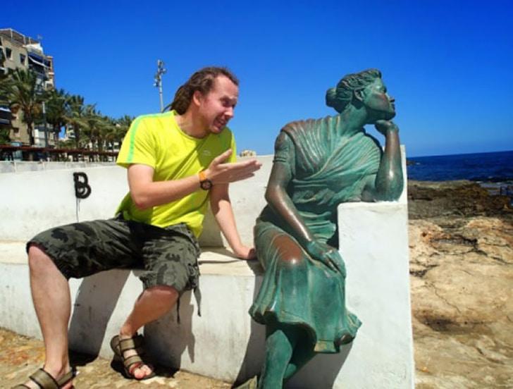 статуя девушки у моря