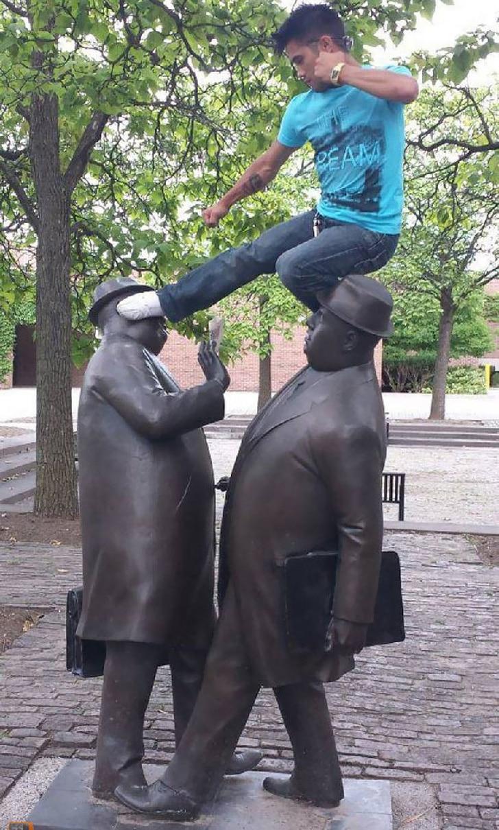 статуя двух дипломатов