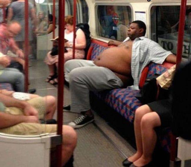 полный чернокожий мужчина в метро