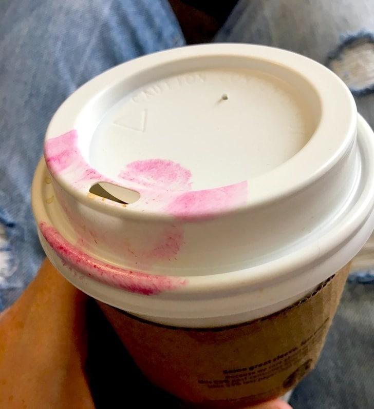 помада на кофейном стаканчике