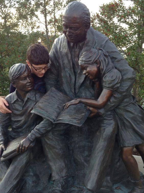 мальчик рядом с памятником
