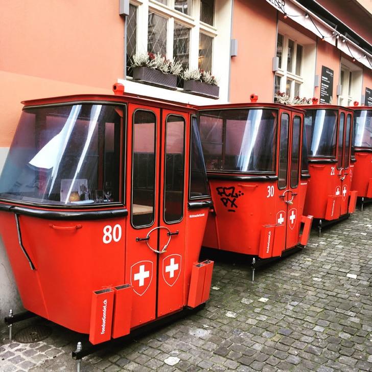 красные кабинки