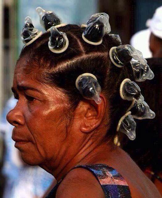женщина с презервативами в волосах