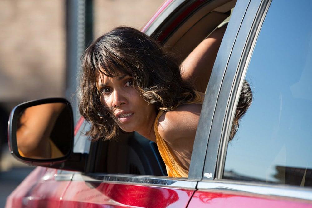 женщина выглядывает из машины