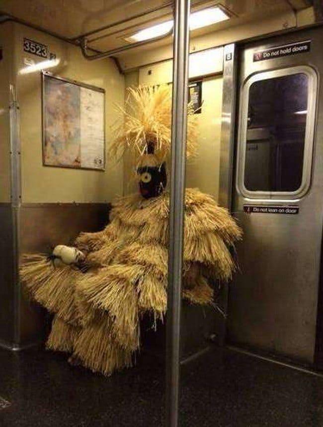 человек в соломенном костюме