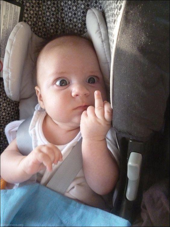 ребенок показывает средний палец