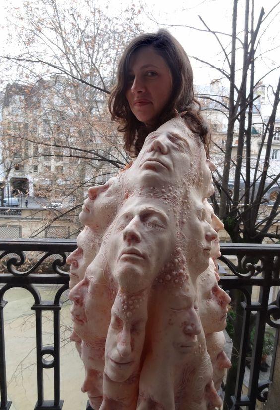 девушка в кофте с лицами