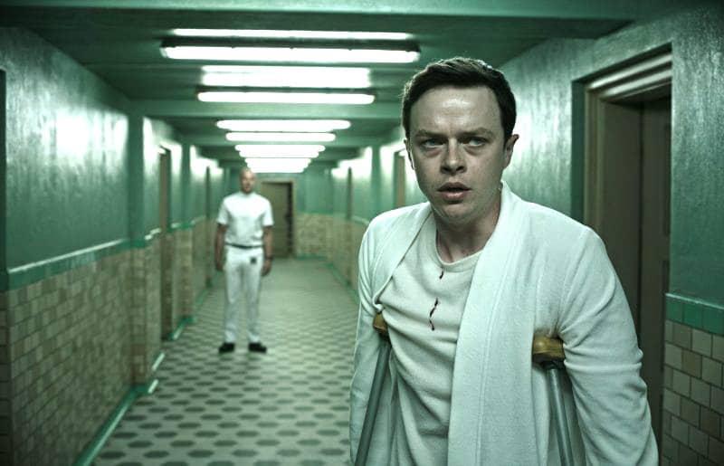 испуганный мужчина идет на костылях по коридору больницы