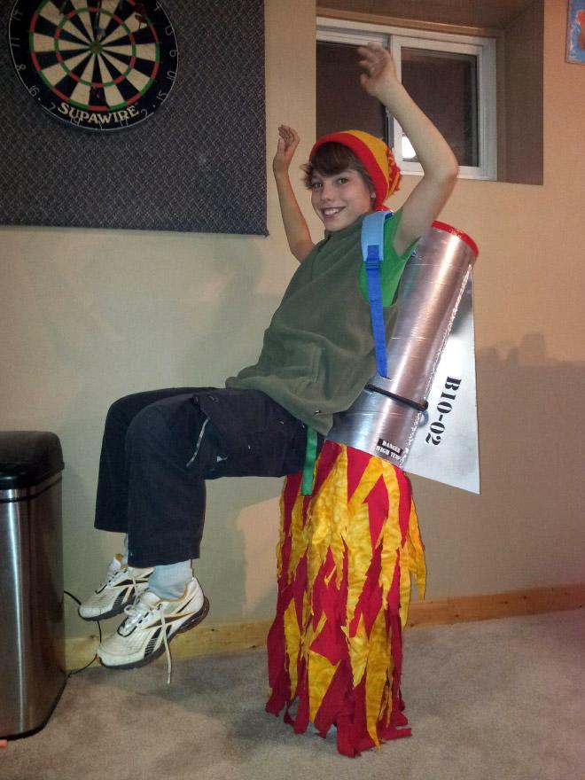 мальчик в забавном костюме