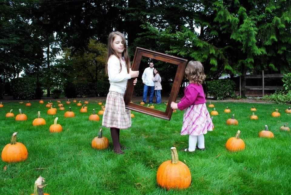 дети держат раму от картины
