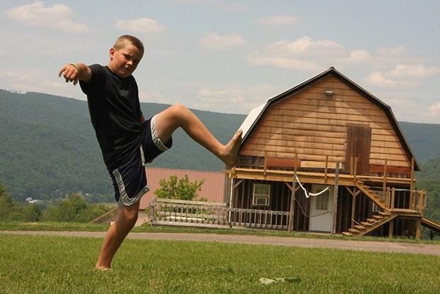 мальчик на фоне дома