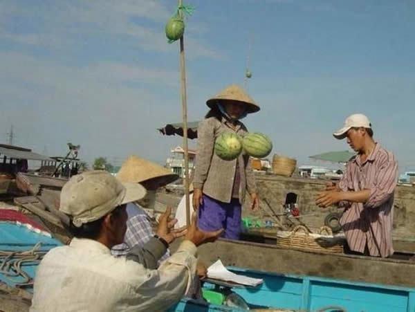 мужчины бросают арбузы