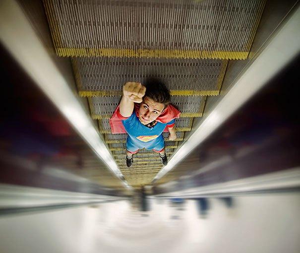супермен на эскалаторе