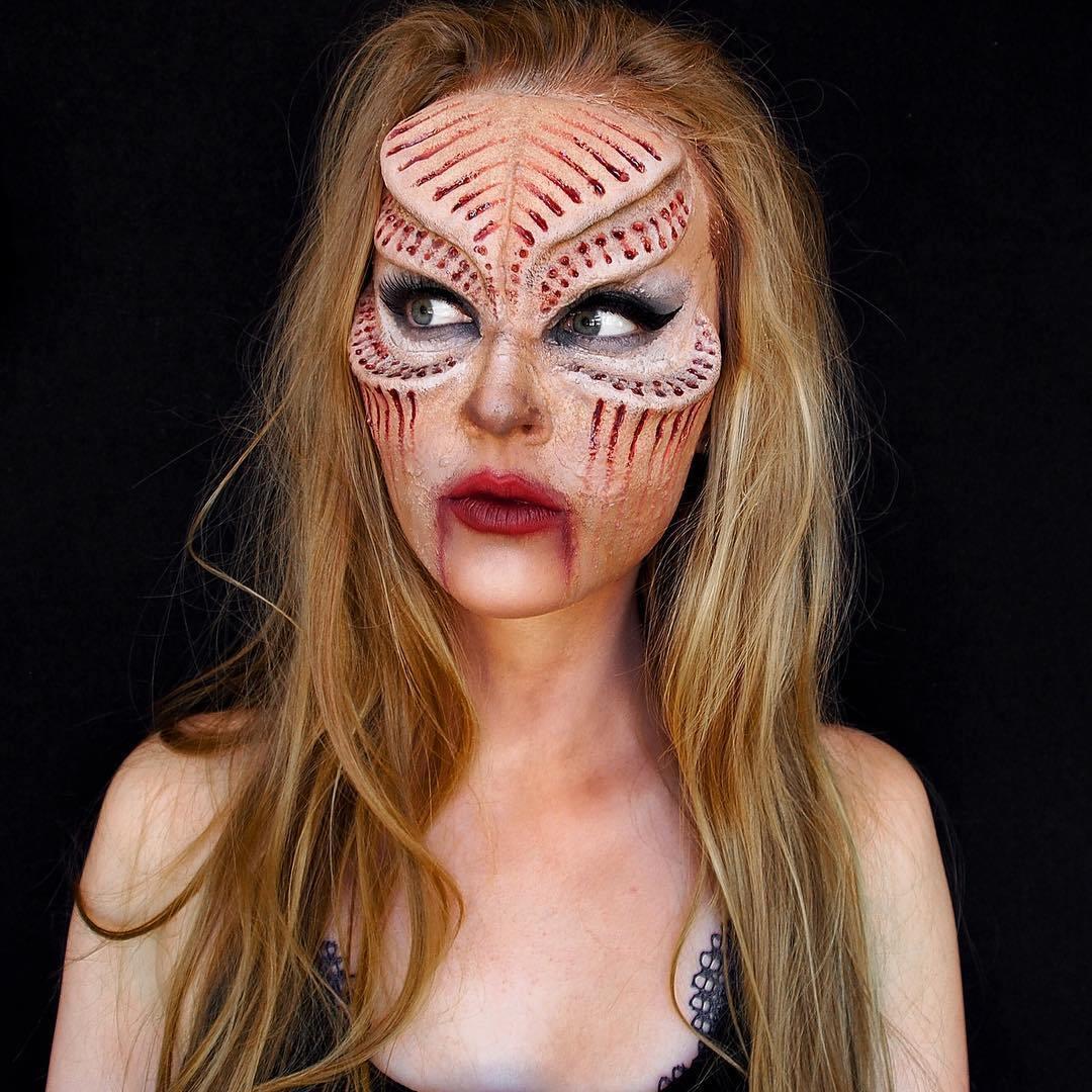 блондинка с боди-артом на теле