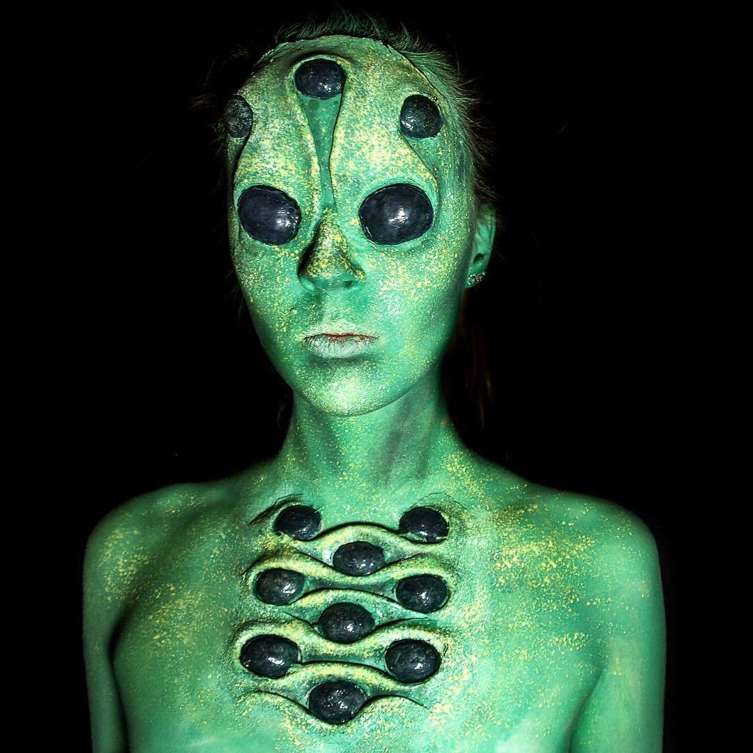 девушка покрытая зеленой краской