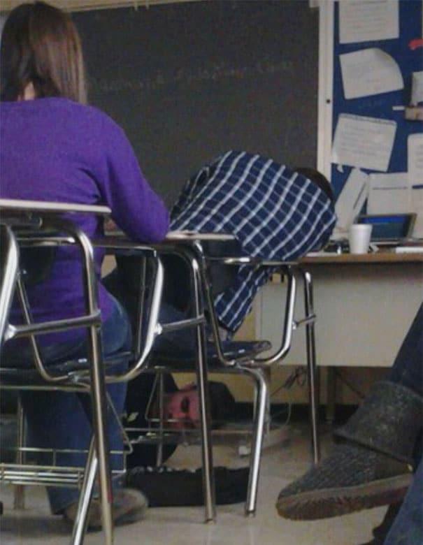 ученик спит за партой