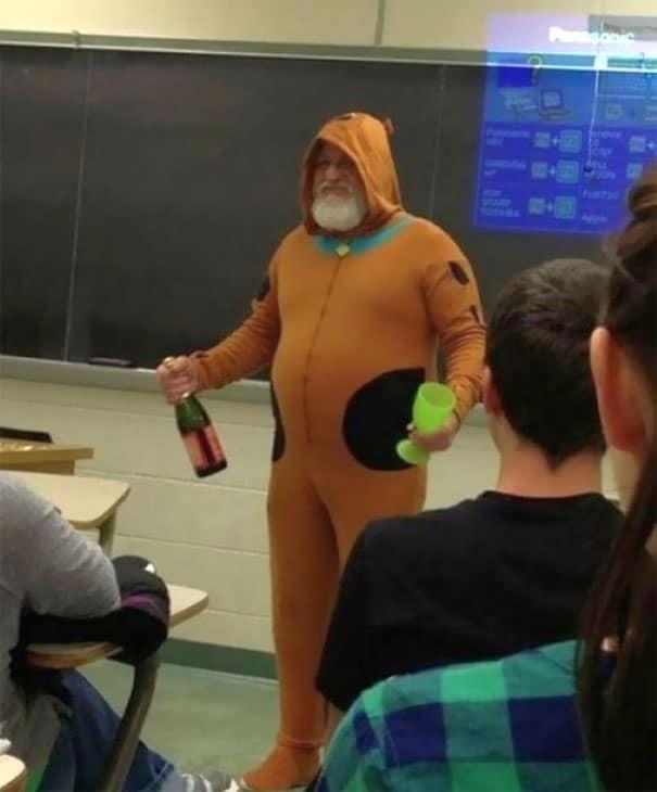 учитель в странном костюме