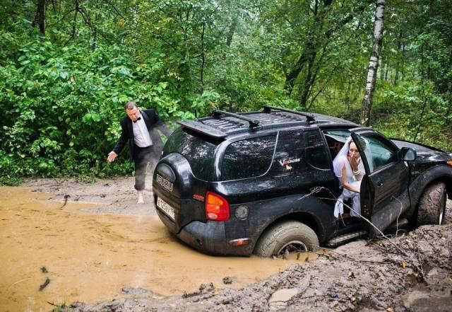 машина застряла в грязи