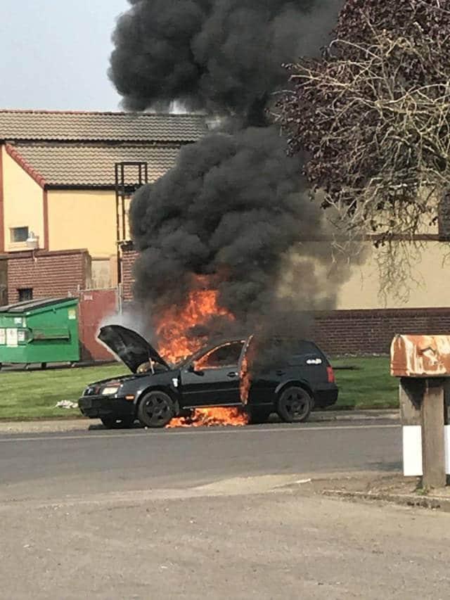 черная машина горит
