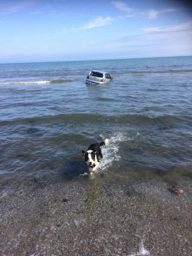 машина в море