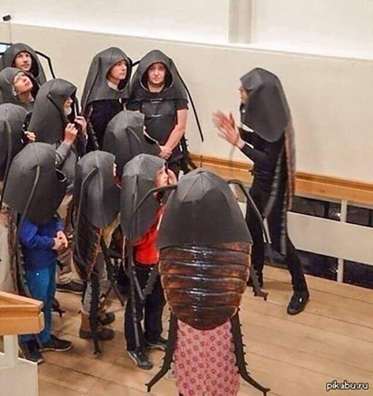 люди в костюмах тараканов