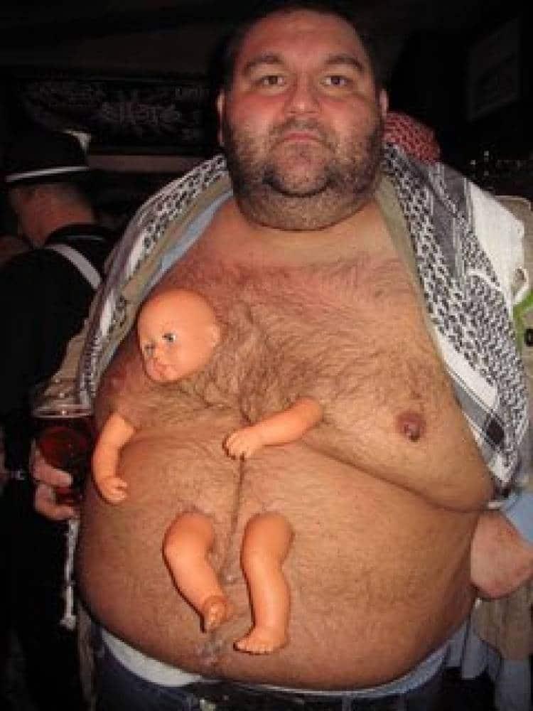 толстый мужчина с куклой на животе