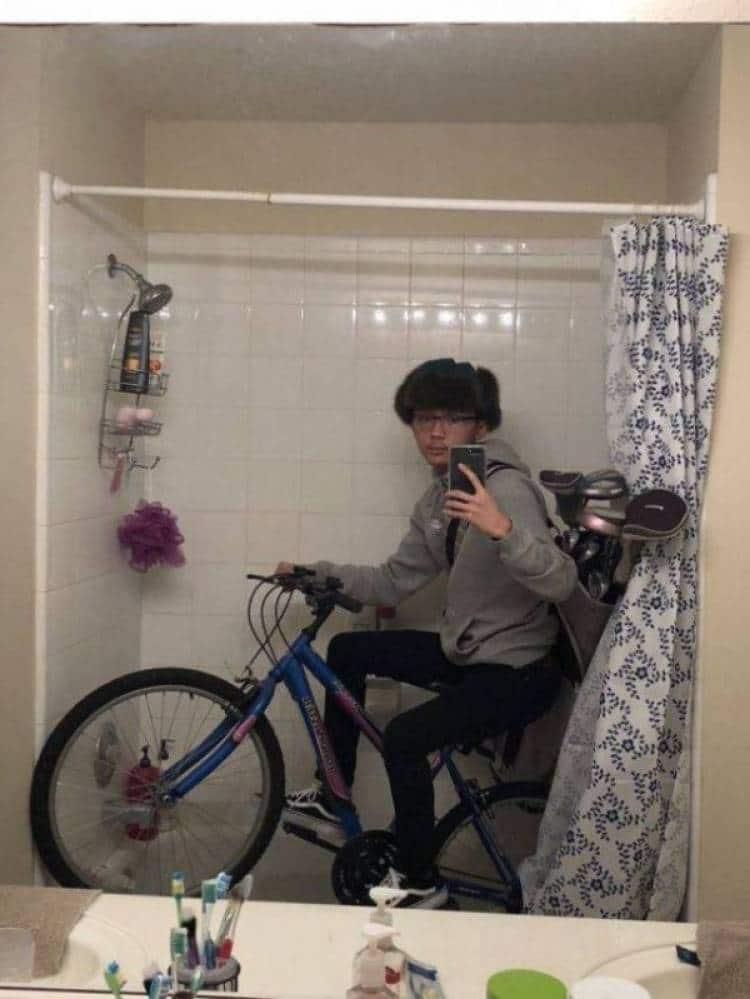 парень на велосипеде делает селфи в ванной