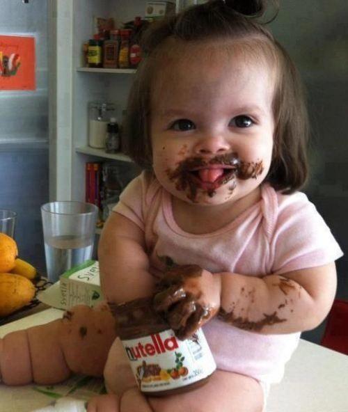 девочка ест нутеллу