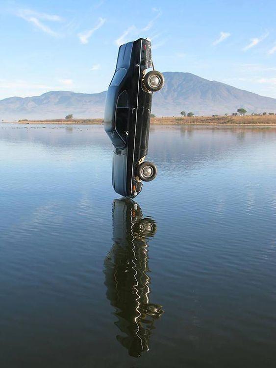 машина падает в воду