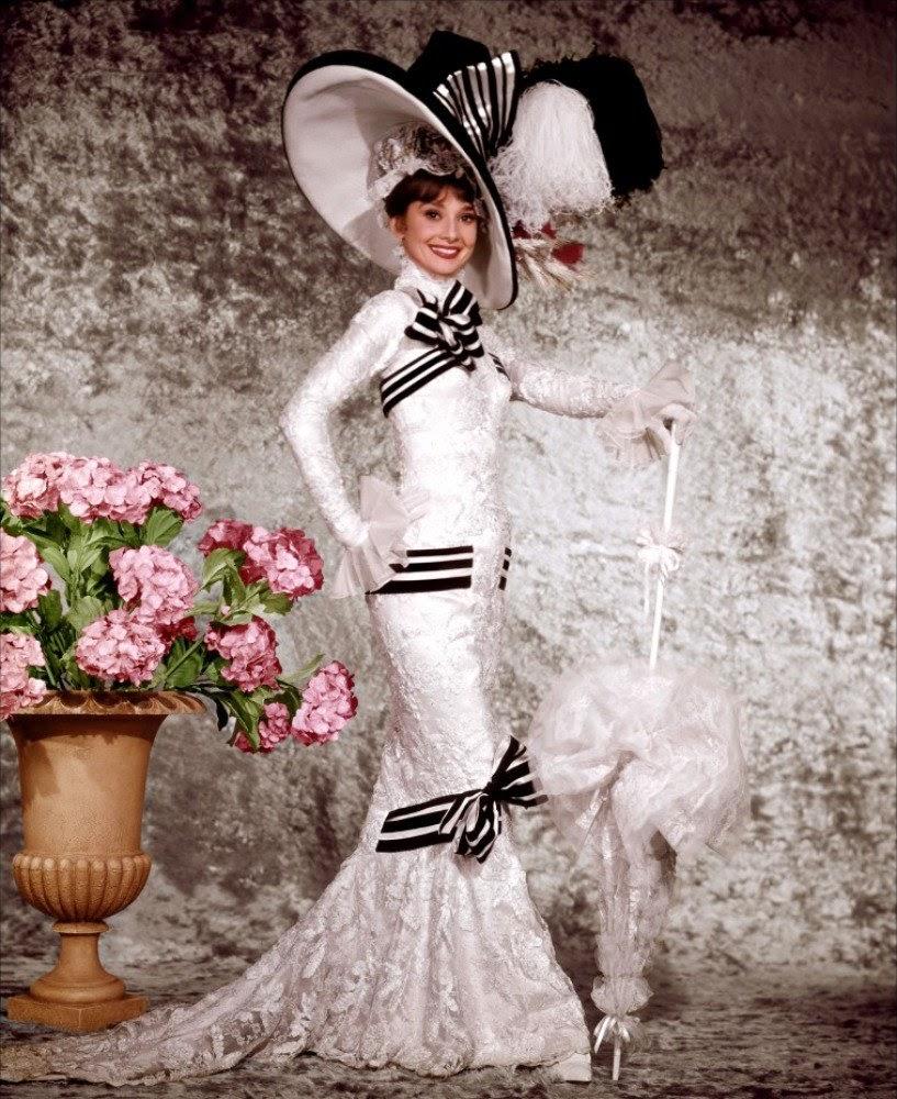 девушка в красивом длинном платье и большой шляпе