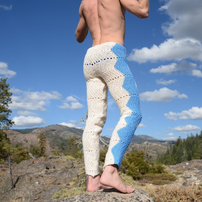 парень в бело-голубых вязаных штанах