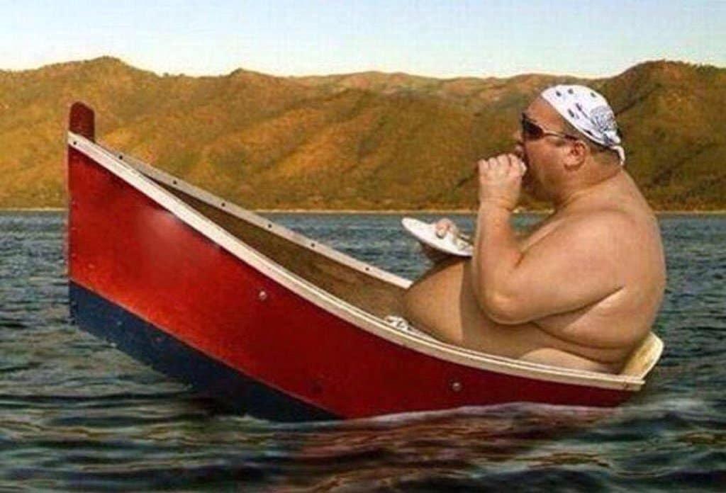 толстый мужчина в лодке