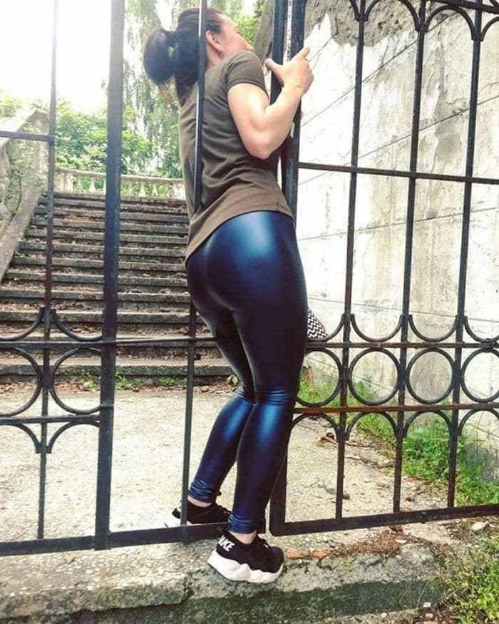 девушка и ворота