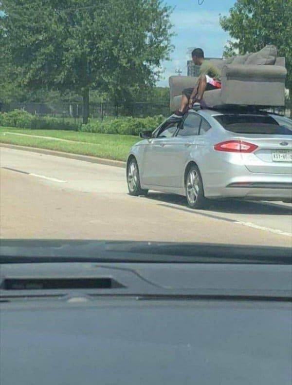 диван на крыше авто