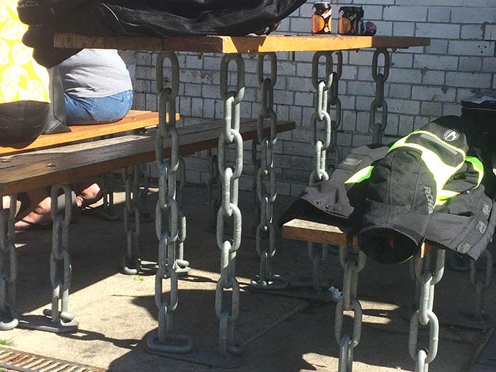 стол на цепях