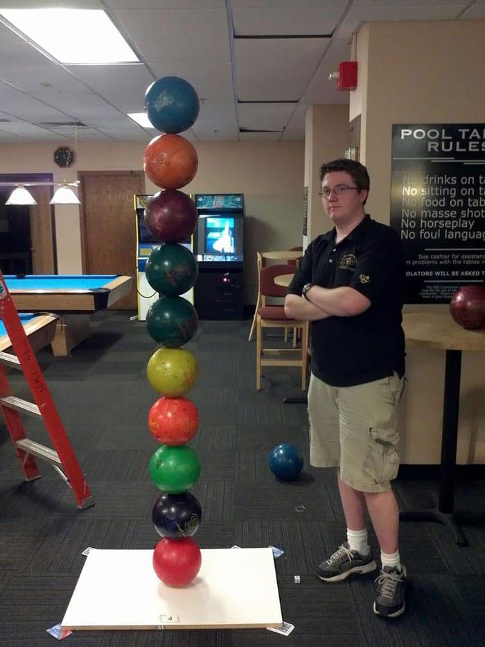 парень с шарами для боулинга