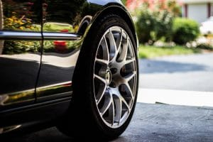 колесо черного авто