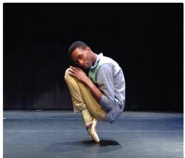 чернокожий парень в пуантах