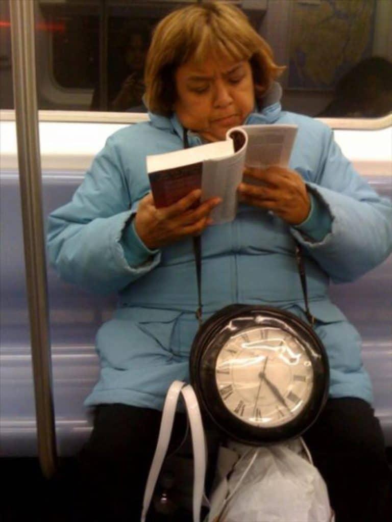 женщина с книгой в метро