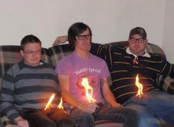 трое мужчин на диване
