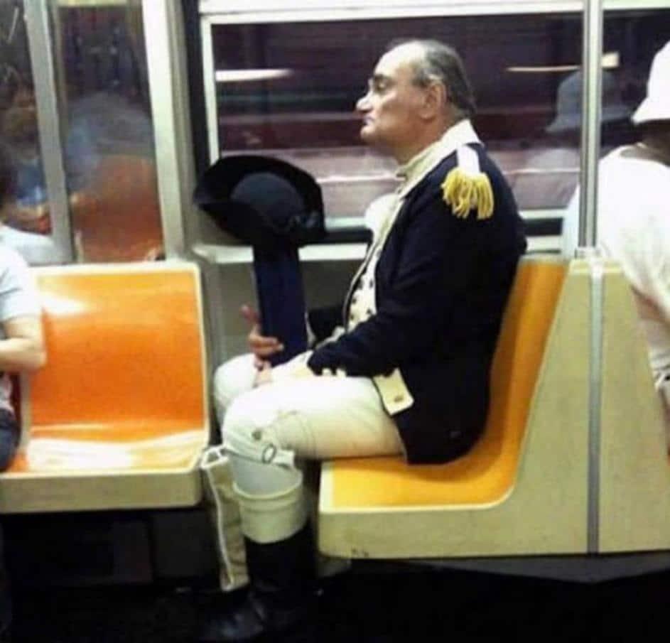 мужчина в военном обмундировании в метро