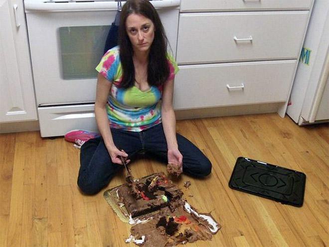упавший торт и девушка