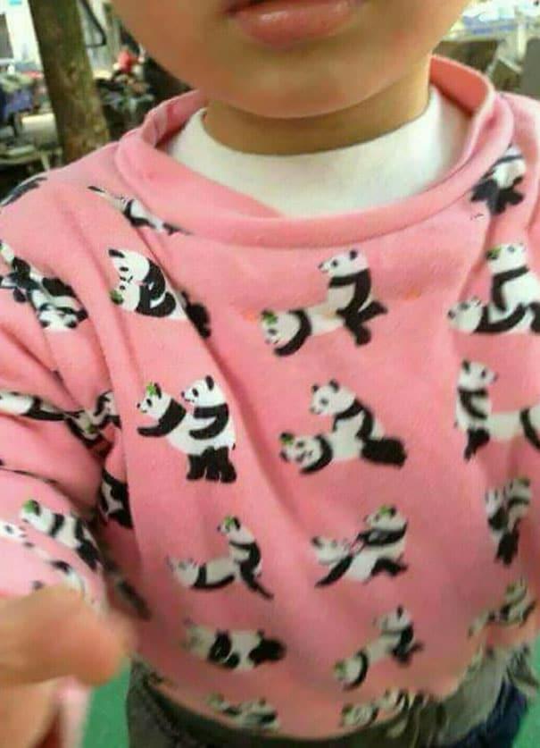 ребенок в розовой пижаме