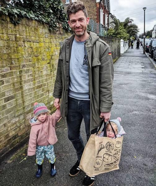 папа с детьми на улице