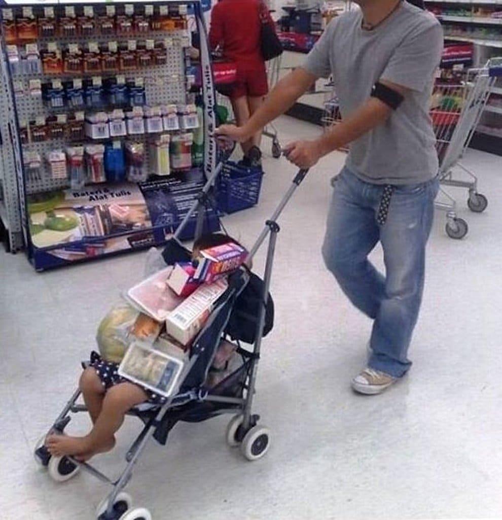 папа с коляской в супермаркете