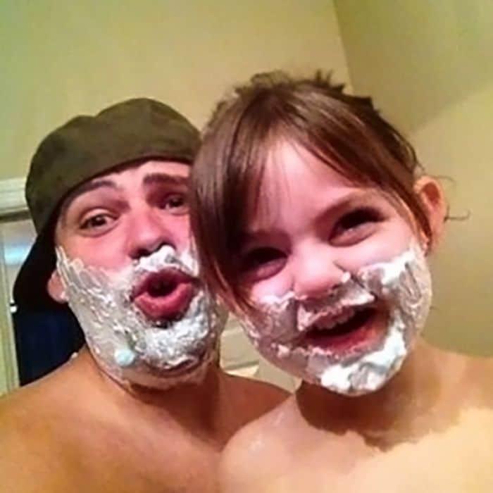 папа с дочкой с пеной для бритья на лице
