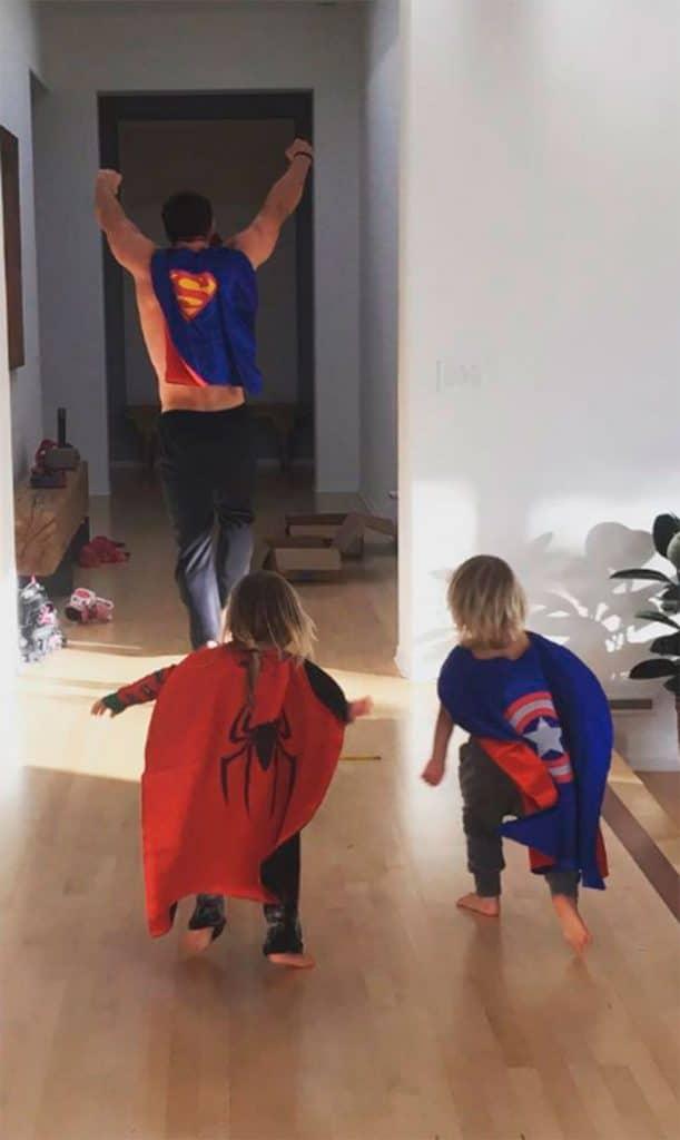 мальчики бегут за папой в костюмах супергероев