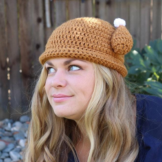блондинка в вязаной шапке